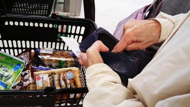 高級スーパーにて。女性にレジの順番を譲ると「はんっ、若者がこんな所で買い物?身の丈に合わないでしょう」→すると彼女は…