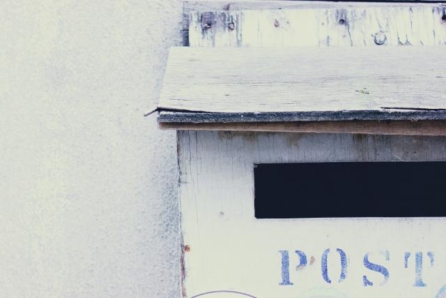 郵便受けから部屋の中にタコ糸が垂れてた → 俺「ん?何か繋がってんのかな?・・・引っ張ってみよう!」→ 恐ろしいことに…